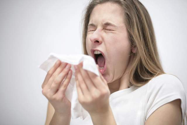Почему нельзя чихать «тихо»: ответ врачей