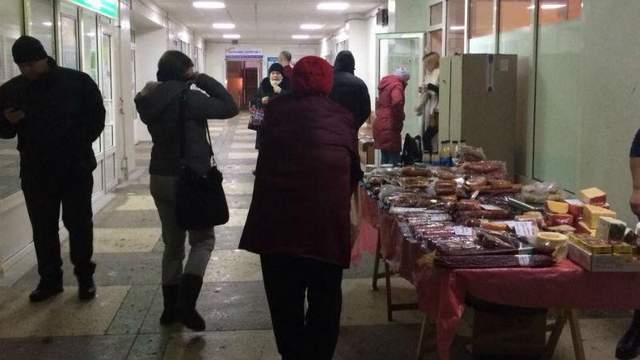 В Киеве обустроили лавку с продажей колбасы прямо в стенах больницы: фотофакт