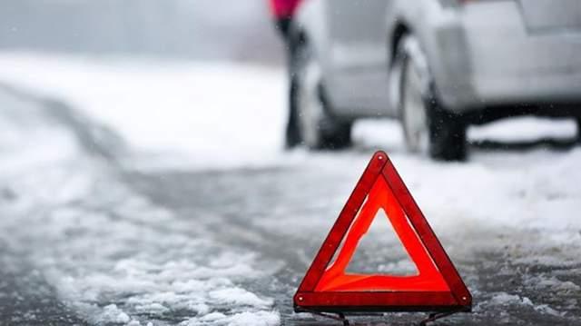 Мужчину вытаскивали спасатели: в Киеве авто на большой скорости врезалось в столб