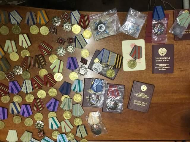 Украинец пытался вывезти в РФ десятки медалей и орденов в протезах обеих ног (фото)