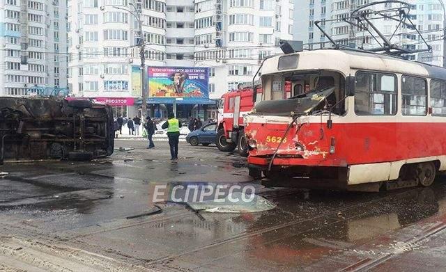 В Киеве трамвай протаранил грузовик и сошел с рельсов: фото с места ДТП