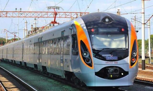 На Пасхальные праздники в Украине пустили еще три дополнительных поезда, всего их 26: расписание