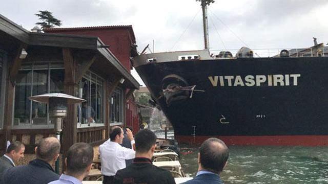 Танкер протаранил особняк на берегу Босфора: фото и видео