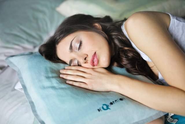 Сон на боці – одна з найпоширеніших позицій