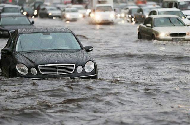 Москву затопило после сильных дождей: ненастье сняли на видео