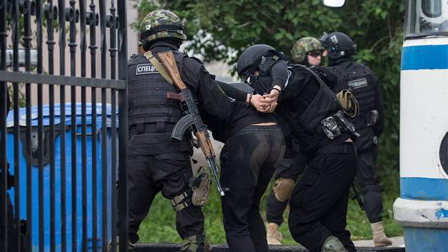 «Молча перевернули все здание»: ФСБ начало новую волну обысков в домах крымских татар