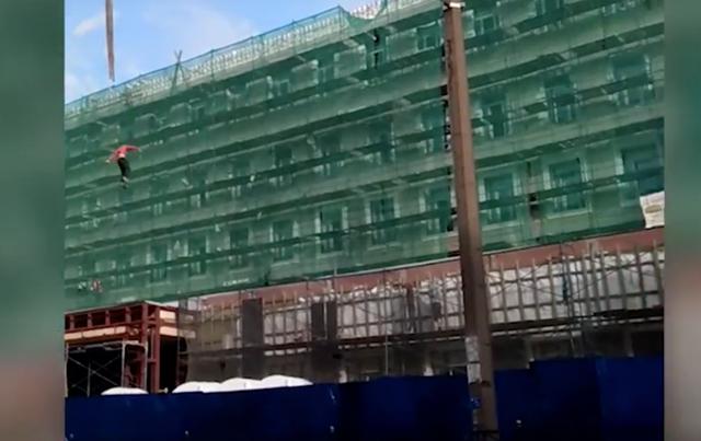 В России из-за своей глупости с крана упал строитель: шокирующее видео