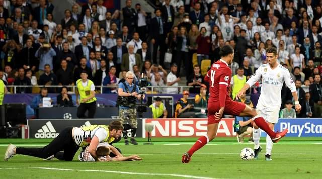 Манчестер юнайтед голый фанат на поле