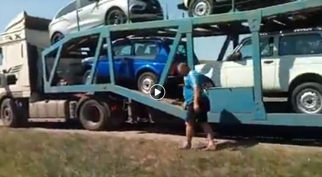 Автовозы с «Нивами» едут в Украину: «Надо, чтобы хохлы покупали москальское!»