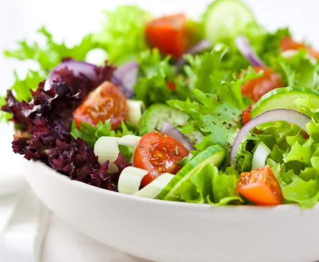 5 рецептов самых простых легких салатов, которые полезно есть на ночь