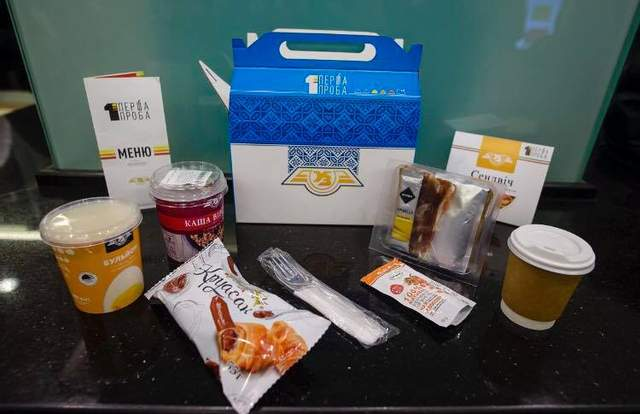 Чем будут кормить пассажиров в поездах «Укрзализныци»: опубликовано меню и фото