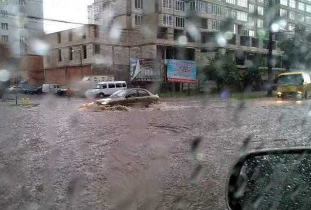 Мощный ливень затопил улицы Винницы: красноречивые фото и видео