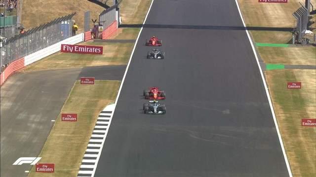 Формула-1: Феттель выиграл гонку, Хэмилтон отыграл 16 позиций после столкновения (видео)