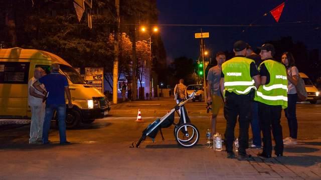 Маршрутка сбила семью в Днепре: водитель не заметил прохожих, потому что устал
