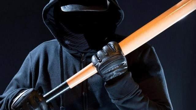 На Харьковщине неизвестные в масках и с битами нападают на людей, за ночь – шесть пострадавших