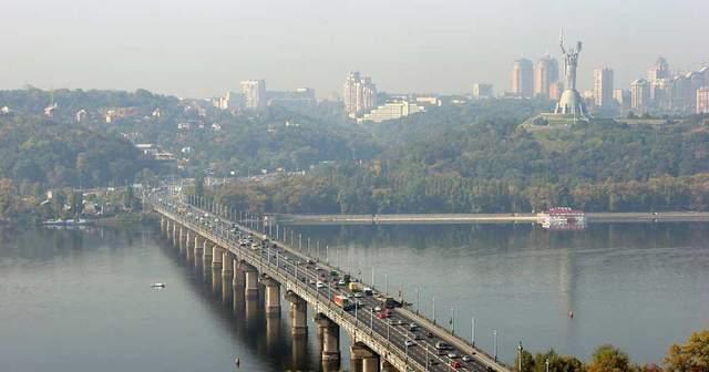 В Киеве мост Патона превратился в водопад: курьезное видео