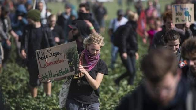 В Германии экологические активисты вступили в схватку с полицией