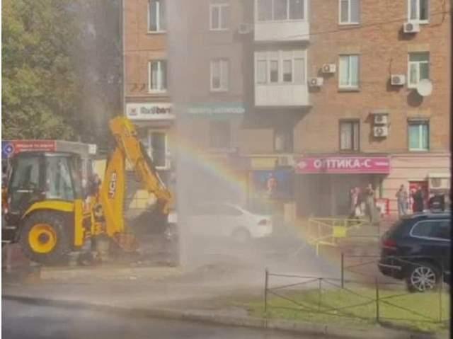 «Акция от водоканала»: в Киеве сквозь асфальт прорвался «фонтан»