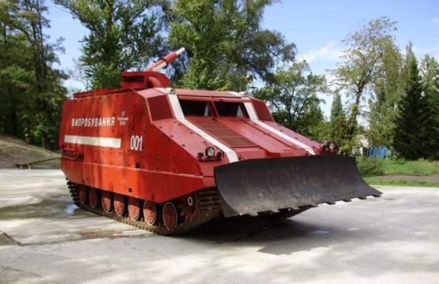 Пожар на складе в Ичне тушит танк: взрывов стало меньше