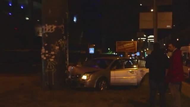 ДТП в Киеве: водитель на немецких номерах спасался от столкновения и влетел в столб