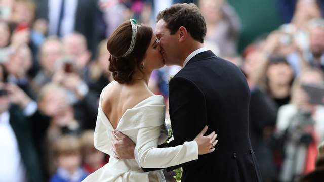 Принцесса Евгения и Джек Бруксбенк поженились: фото первого поцелуя