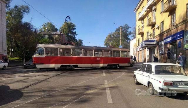 Едва не влетел в жилой дом: трамвай опасно дрейфовал в Каменском – фото, видео