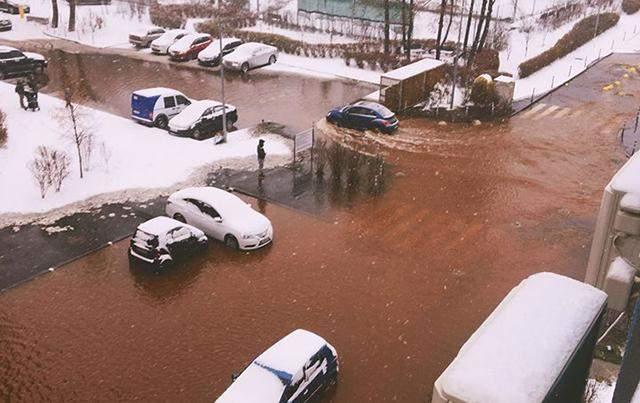 В Киеве произошел масштабный прорыв трубы: улицы превратились в озеро