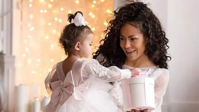 Гайтана устроила новогоднюю фотосессию с дочкой: сказочные фото