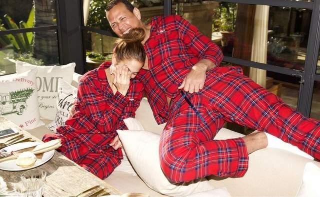 В одинаковых пижамах: Дженнифер Лопес отпраздновала Рождество с семьей – фото