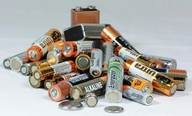 Опасный мусор: что в Украине делают со старыми батарейками, лампами и электроникой