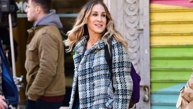 В клетчатом пальто и сапогах: образ Сары Джессики Паркер в стиле Керри Брэдшоу