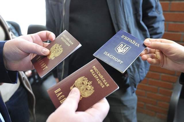 Ни пенсии, ни социальных гарантий: как Путин обманывает людей с российскими паспортами