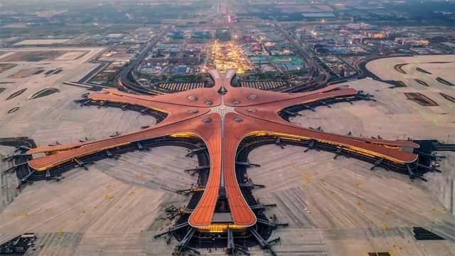 В Китае открыли самый большой в мире аэропорт: фото и видео