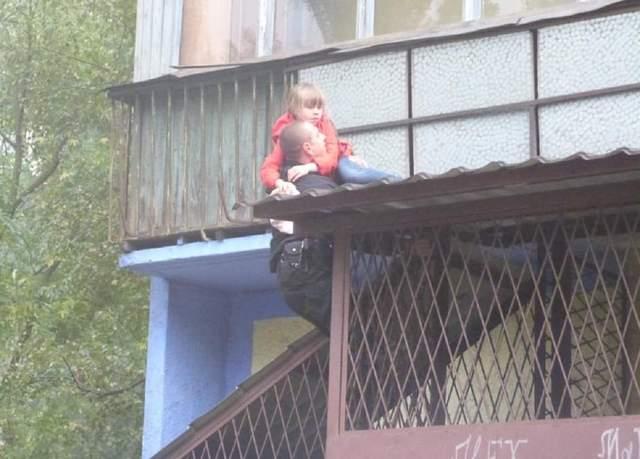 В Киеве горела девятиэтажка: из огня вытащили маленьких детей и собачку – фото, видео