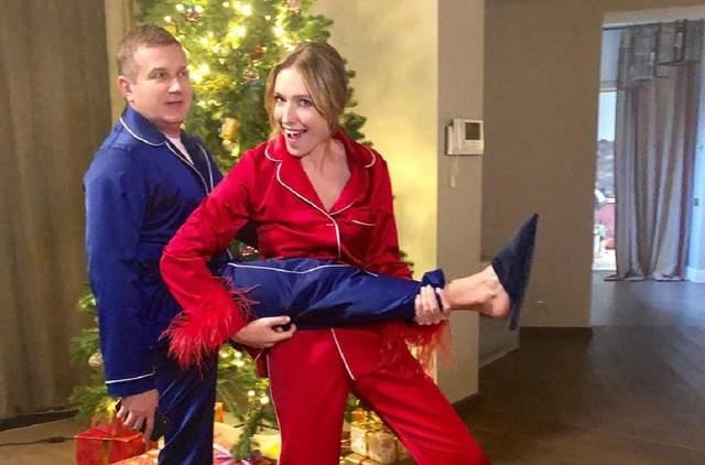В домашних пижамах: Катя Осадчая и Юрий Горбунов рассмешили сеть предновогодними фото