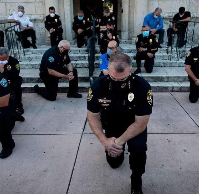 Копи стали на коліна під час протестів у США