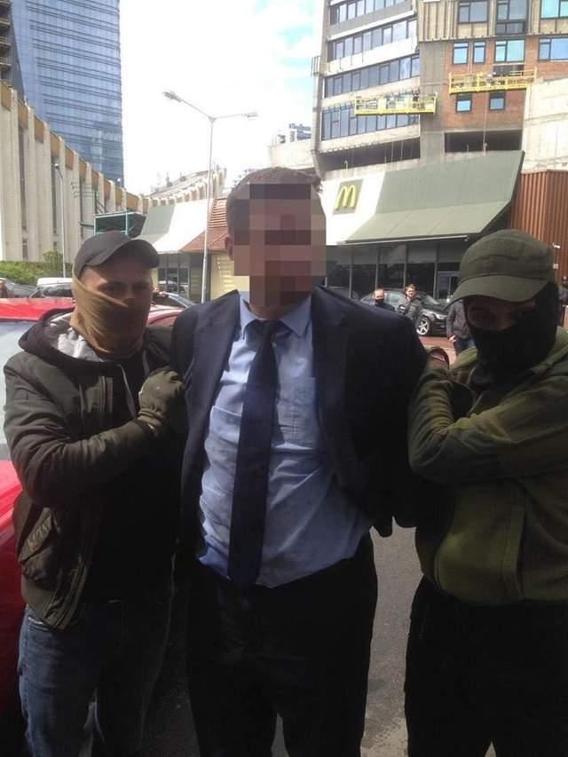 чиновника з МОН затримали на хабарі