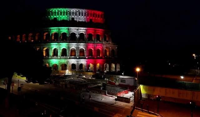 Колізей у кольори прапора Італії