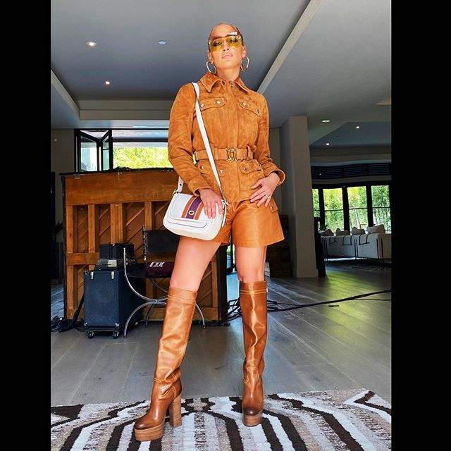 Дженніфер Лопес в шкіряних шортах та ботфортах