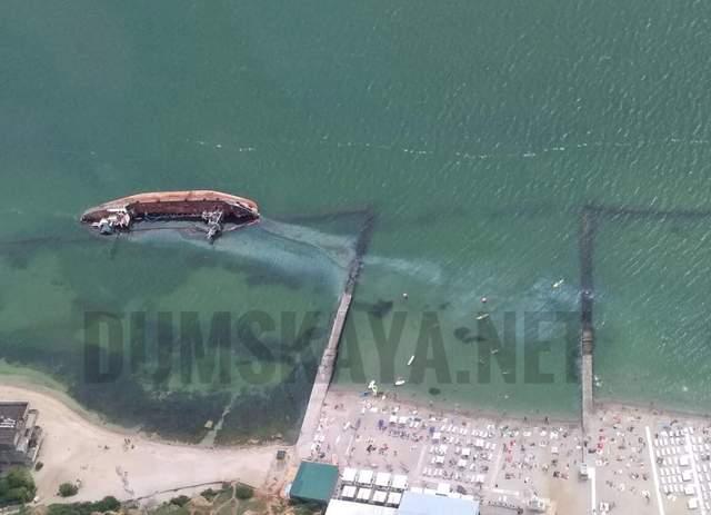 Возле одесского пляжа из затонувшего танкера 'Дельфи' вылилось топливо: фото