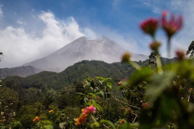 В Индонезии проснулся вулкан Мерапи: впечатляющие фото и видео