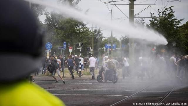 Антикарантинные протесты в Гааге: полиция применила против людей водяные пушки – фото, видео
