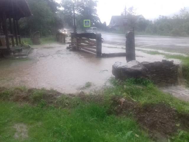 Смерч и потоп: впечатляющие фото и видео бурной стихии на Прикарпатье