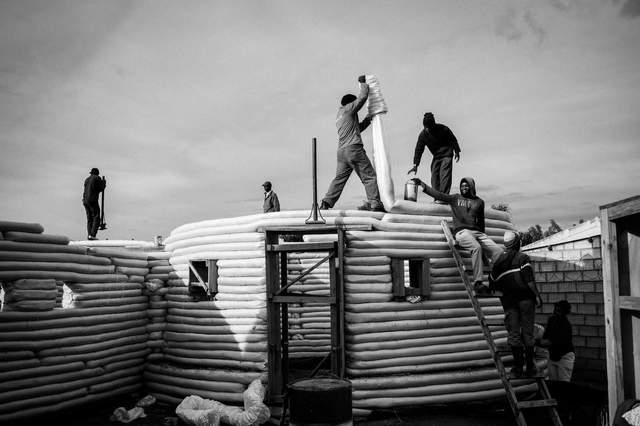 'Космические' здания: в Южной Африке строят бюджетное жилье из земли в мешках – фото