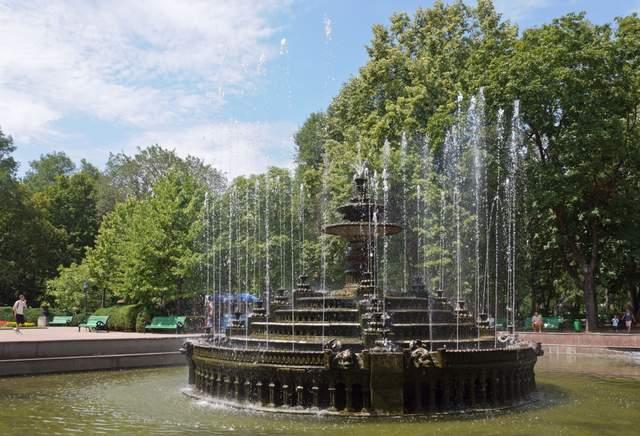 Фонтан у парку