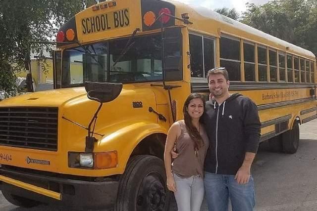 Роббі та Присцілла на фоні автобусу