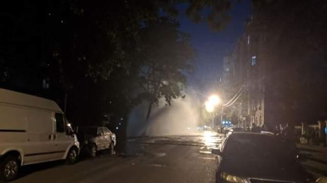 В Киеве на Подоле посреди ночи прорвало трубу: фото и видео 10-метрового фонтана