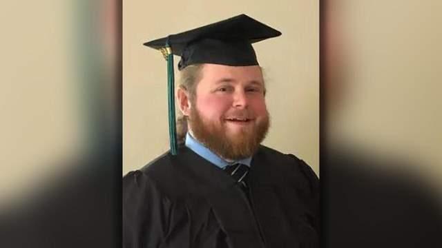 Клейтон Ворд закінчив коледж