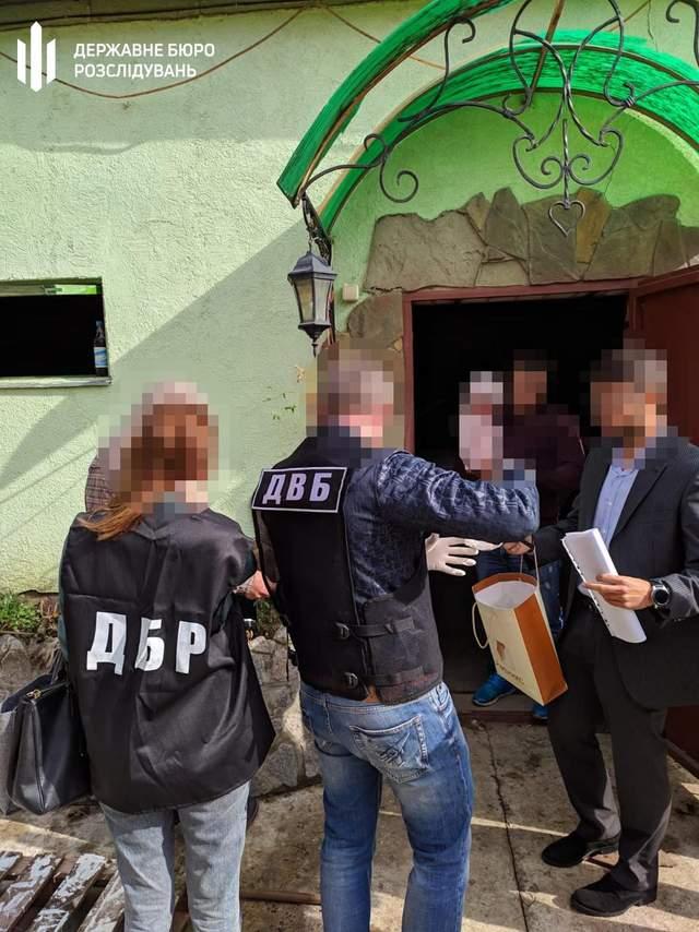 Нажился на материнских чувствах: на Харьковщине коп выманил у матери пьяного водителя миллион