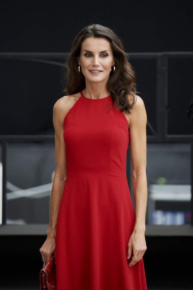Летиція в елегантній червоній сукні